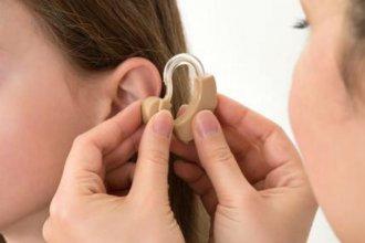 Obra social deberá cubrir gastos de una madre por reclamar cobertura de audífonos