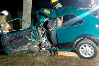 Auto terminó incrustado contra un árbol y su conductor, atrapado adentro