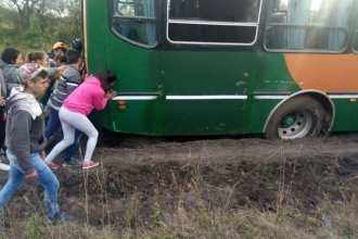 Por el mal estado del camino, alumnos entrerrianos debieron empujar el colectivo para llegar a la escuela