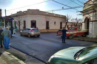 Un colectivo rozó su vehículo, perdió el control e impactó contra una casa