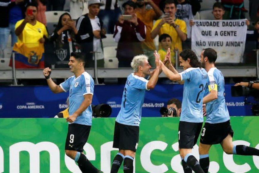 Suárez, Lodeiro, Cavani y Godín celebran.
