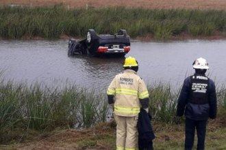 Perdieron la estabilidad por la lluvia, volcaron y el auto quedó semisumergido