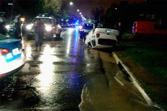 El auto se le dio vuelta al pasar por una boca de tormenta bajo la lluvia