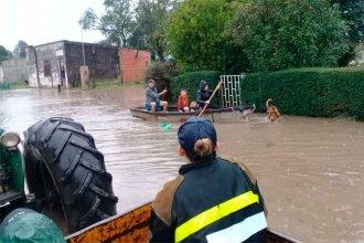 En canoas y con tractores rescatan a más familias afectadas por las lluvias: ¿dónde reciben donaciones?