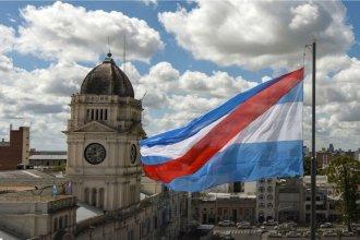La enseña patria con una franja roja: la Bandera entrerriana que tiene su día en honor a Artigas