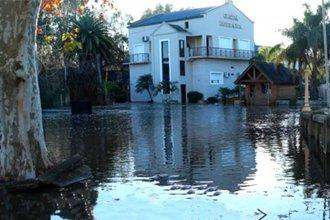 El agua sigue avanzando por las calles de Gualeguaychú y ascienden a 133 los evacuados