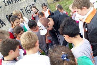 Lejos de las canchas, cerca de la gente: exjugador de River donó libros y pelotas a una escuela