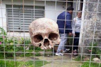 Encontraron un cráneo humano colgado en la puerta de su casa: ¿broma o amenaza?