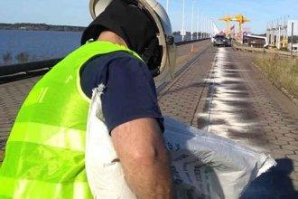 Camión derramó gasoil sobre el puente de Salto Grande: CTM y Bomberos actuaron para evitar accidentes