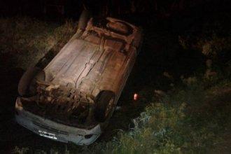 Un auto despistó, cayó en una alcantarilla y quedó con las ruedas para arriba