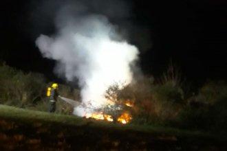 Joven logró salir de su auto minutos antes de que sea consumido por las llamas