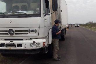 Un camión que transportaba pollos perdió el eje trasero en plena marcha