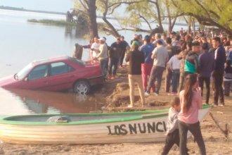Estacionó el auto en una bajada: Cuando volvió, lo encontró sumergido en el río