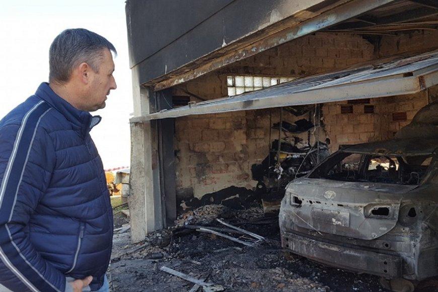 Gustavo Hein examinando su garaje tras el incendio