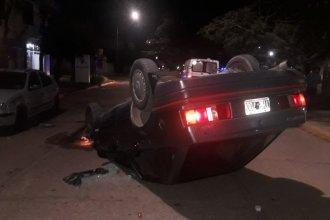 Conductor perdió el control, volcó y chocó contra un auto estacionado