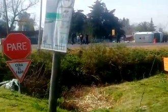 Tras un violento impacto, la ambulancia volcó sobre el asfalto y el auto terminó en una alcantarilla