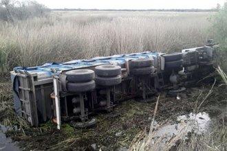 Camionero se salvó de morir ahogado tras caer en un bañado: La cabina quedó cubierta por agua