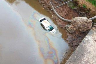 Perdió el control del auto, rompió la baranda y cayó en un arroyo