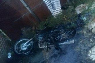 Pasaba nafta de una moto a otra, cometió un error y terminó prendiéndolas fuego