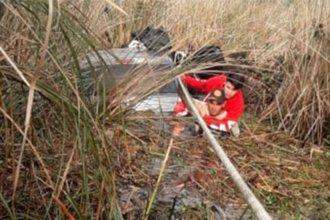 Rescatan a una familia que despistó y terminó dentro de un bañado