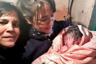 Dos policías acudieron en auxilio y ayudaron a una joven a dar a luz