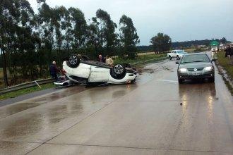 Bajo la lluvia, la Autovía Artigas fue escenario de un nuevo vuelco