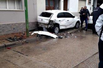 En pleno centro y frente a la plaza, un auto terminó arriba de la vereda tras una violenta colisión