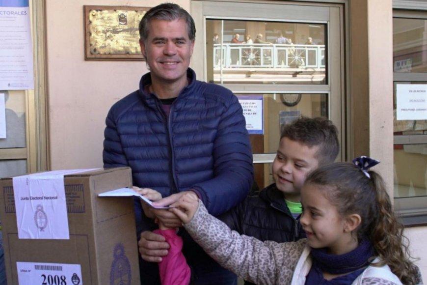 Piaggio votó esta mañana, con sus hijos.