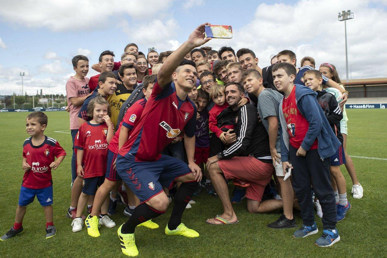 La selfie del chajariense con hinchas de Osasuna.