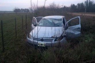 Derrapó y volcó el auto en el que iba junto a sus 2 hijas: sufrió graves lesiones