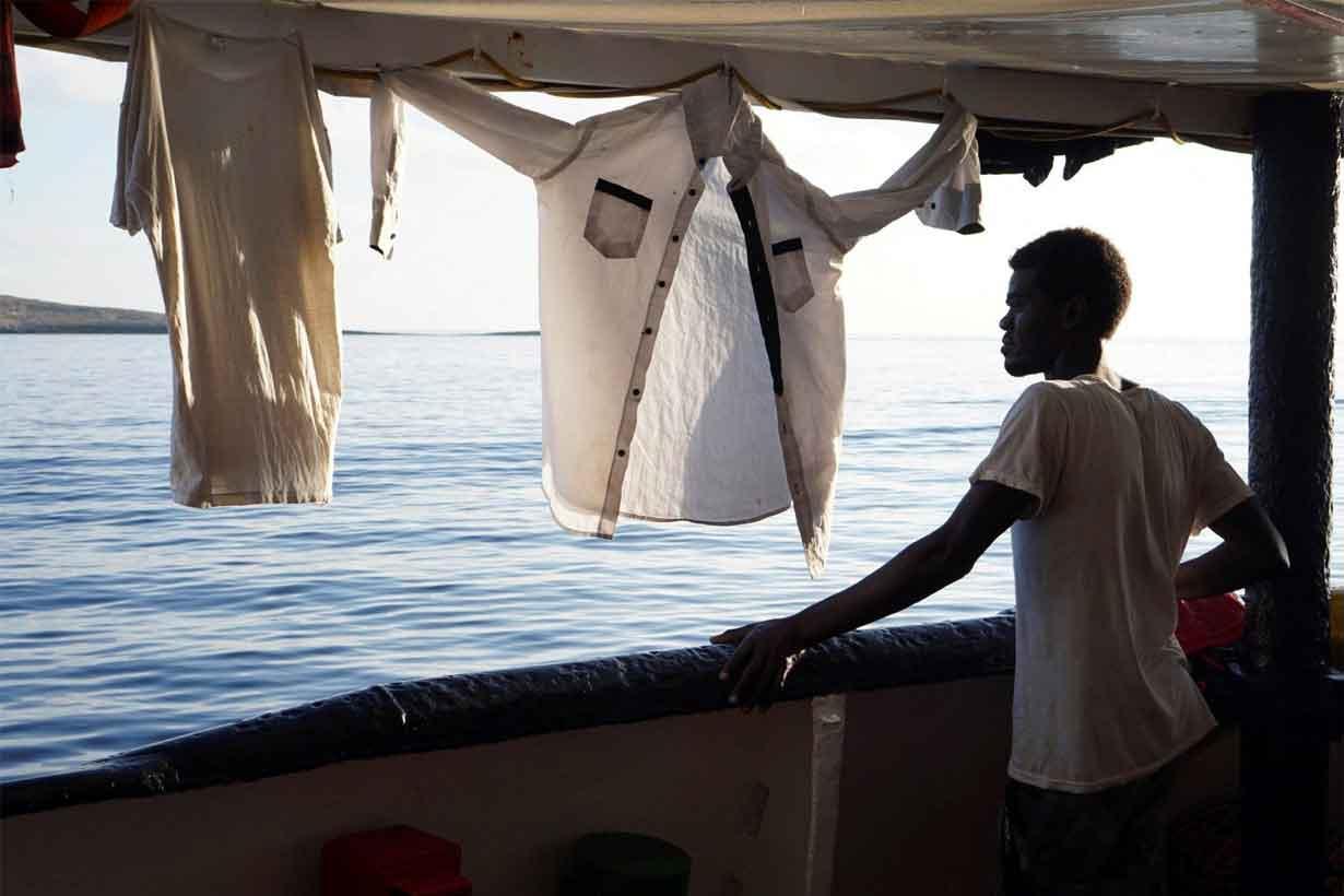 Un migrante, en el buque Open Arms (EFE)