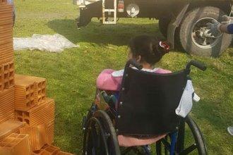 Llegó el camión con los materiales y Micaela está cerca de dejar de vivir en un silo bolsa