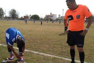 El noble gesto del árbitro que prestó sus botines para que un joven siguiese jugando