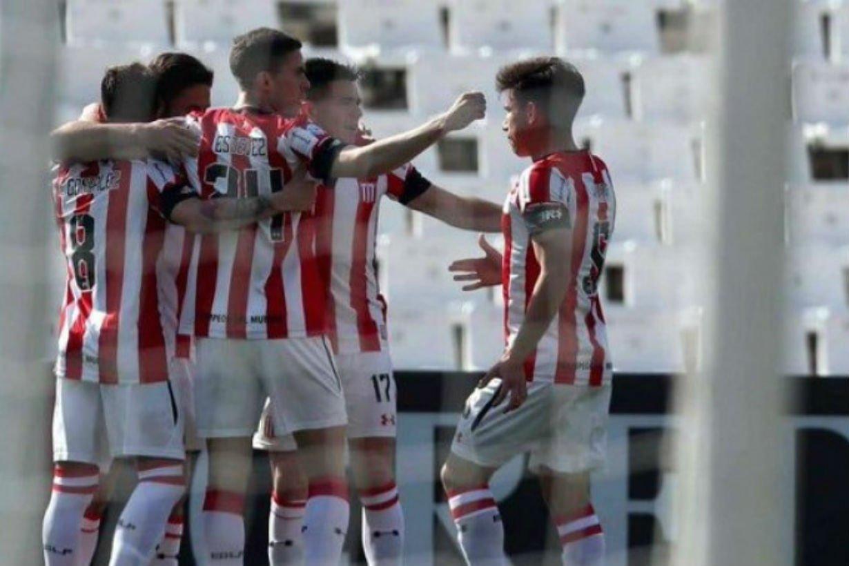 Abrazo de gol para Federico González.