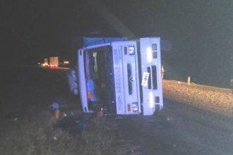 Camionero perdió el control y volcó: los troncos que transportaba quedaron esparcidos la Ruta 14