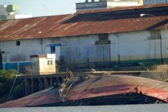 """En el puerto de """"la histórica"""", un buque pesquero permanece hundido hace un año y medio"""