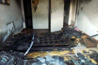 Denuncian que una joven de 20 años prendió fuego su casa tras pelearse con su pareja