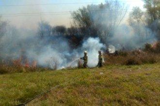 Fuego entre los pastizales y humo, a la vera de la Ruta 12