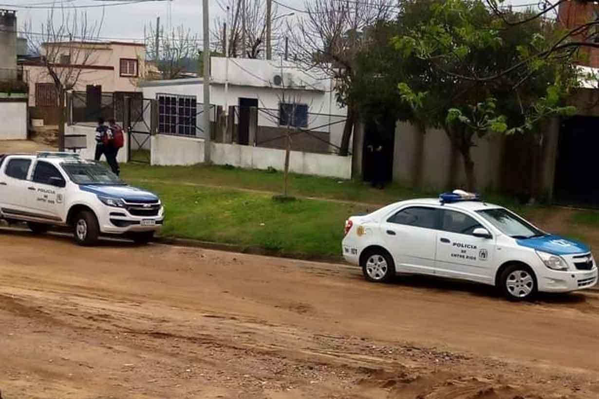 Patrulleros frente a la vivienda de Sáenz y Gómez