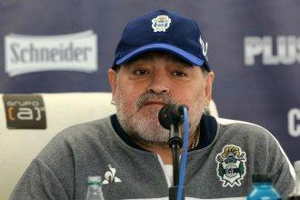La desilusión de Maradona tras su primera derrota como DT de Gimnasia ante Racing