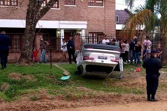 Perdió el control del remís que conducía, volcó sobre la vereda y debió ser rescatado