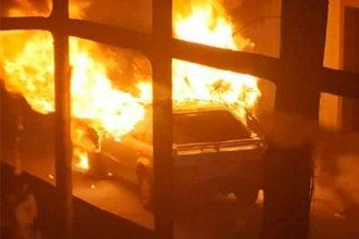 Mientras sofocaban las llamas de un auto, les apedrearon la autobomba