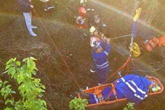 Dramático rescate en altura de los ocupantes de una camioneta que cayó de un puente