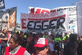 Trabajadores de Egger llevaron su protesta hasta el puente Pueyrredón