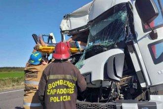 Choque de camiones: ardua tarea de Bomberos para rescatar a un hombre entre los hierros retorcidos