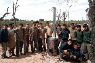 """Estudiantes técnicos construyeron una """"estufa cohete"""" para sus pares agrotécnicos"""