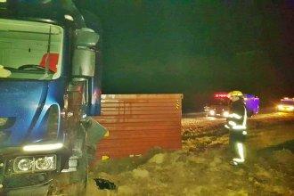 Sobre autovía Artigas, un camión cargado con yerba mate despistó y volcó