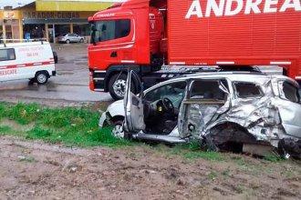 Pisó un espejo de agua, perdió el control y terminó chocando con un camión estacionado