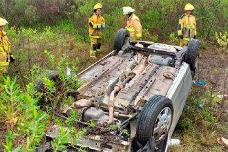 Un vehículo perdió el control sobre autovía Artigas y volcó: sus ocupantes fueron hospitalizados