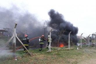 Video: cinco dotaciones de Bomberos debieron intervenir para apagar las llamas del camión cisterna